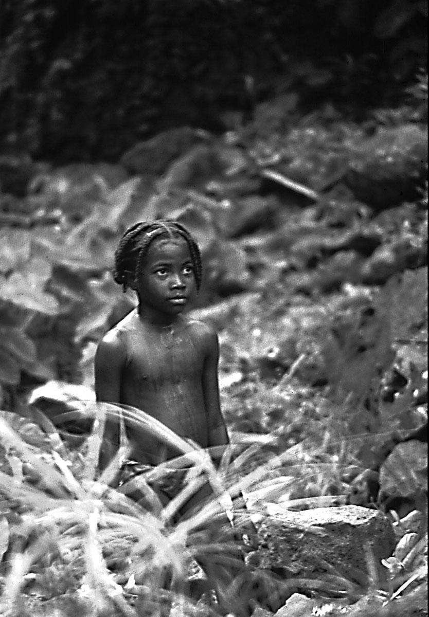 bimba-alla-cascata---Madagascar